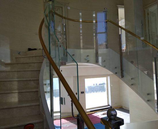 Особенности и преимущества ограждений из стекла