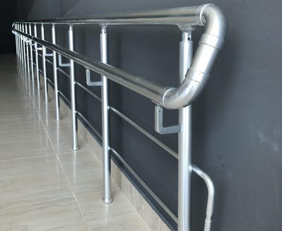 Правила и порядок монтажа пристенных поручней для лестниц