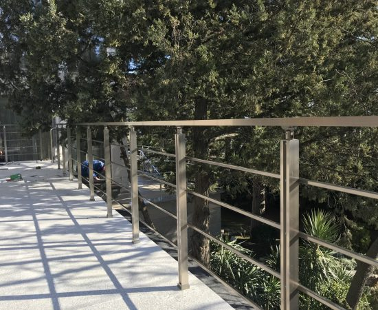 Круглые или квадратные перила: что выбрать для уличной лестницы?