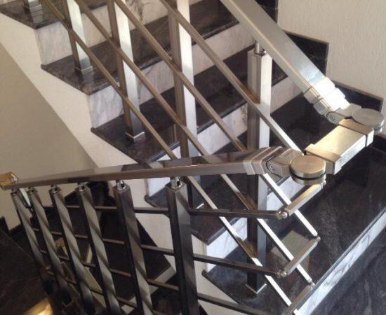 Каким требованиям должны соответствовать лестничные перила в подъезде?