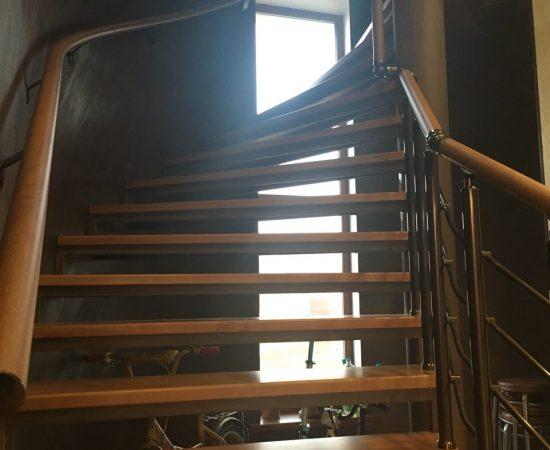 Квадратные или круглые: какие перила выбрать для винтовой лестницы в доме