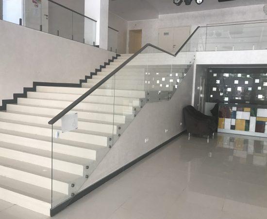 Стоит ли ставить дома лестницу со стеклянными перилами?