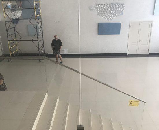 Как ухаживать за стеклянными ограждениями?