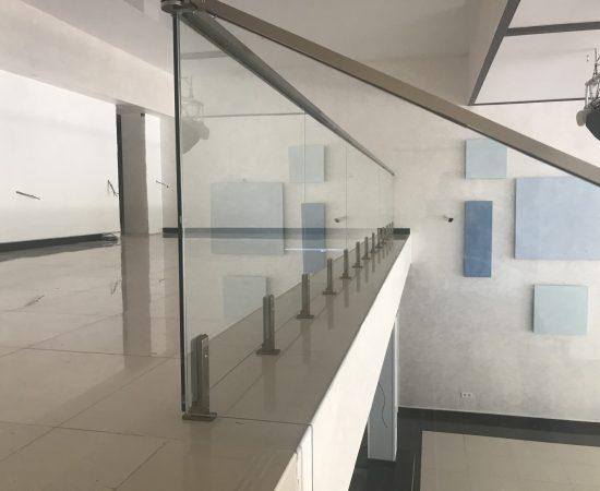 Способы монтажа стеклянных лестничных ограждений