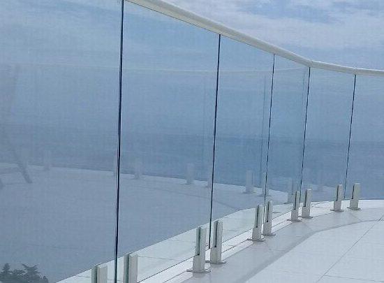 Способы установки стеклянного ограждения на балконе